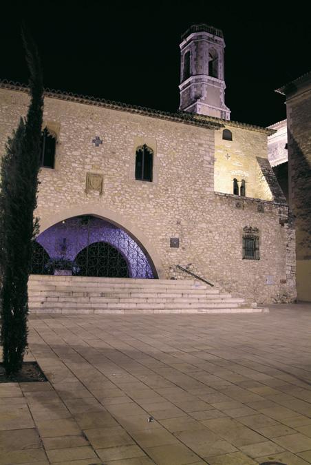 Castell de la Geltrú des de la plaça de Font i Gumà, al fons campanar de l'església parroquial de santa Maria de la Geltrú.